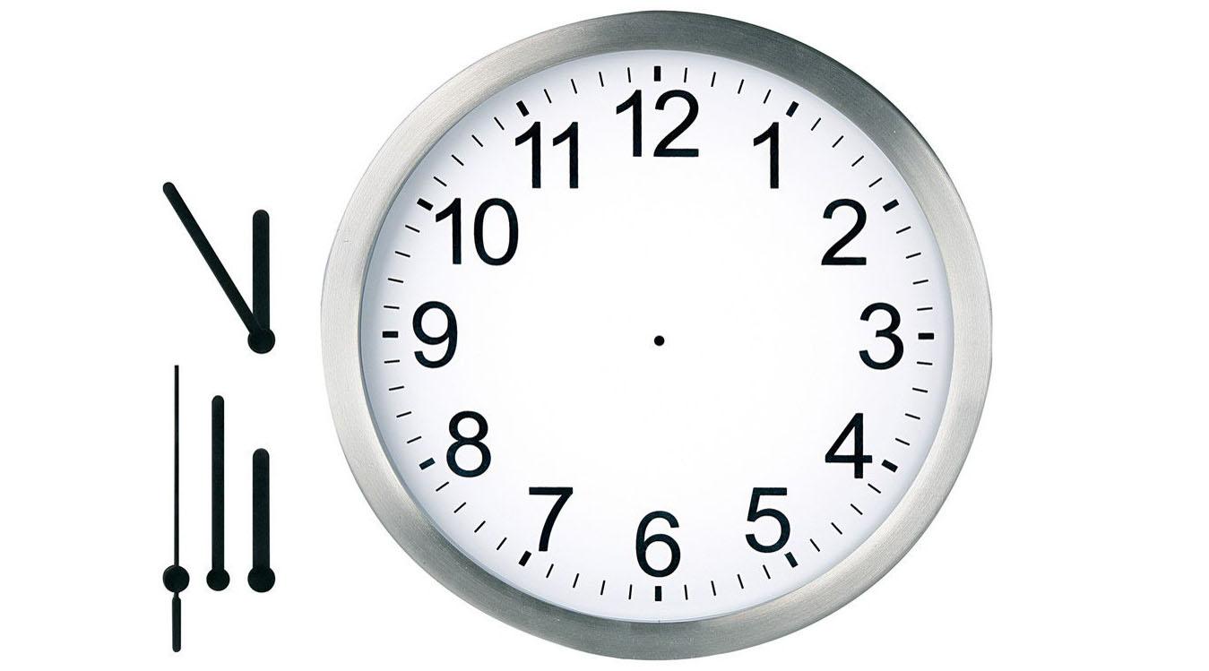 """生活里的时间 爸爸妈妈可以依据孩子每天的作息时间,和孩子一起画一张""""我的一天""""的图画。画里的第一幅是孩子起床的样子,旁边写下7:00;接下来7:40出门去上幼儿园;下午6:00爸爸妈妈回家;8:30上床讲故事等。孩子通过画小人做着不同的事,配有数字代表的不同时间段初步感知时间的变化,时间有什么用,并引起他对时间的好奇 时间的长短 孩子对 妈妈口中经常说的""""再给你5分钟的时间""""没有概念,他不知道5分钟有多长,也无法弄清楚半小时是比5分钟长还是短。妈妈可以准"""